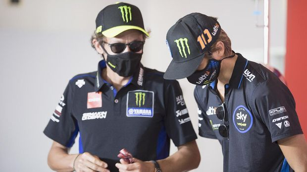 MISANO ADRIATICO, ITALY - SEPTEMBER 10: Luca Marini of Italy and Sky Racing Team VR46  (R) speaks with his brother Valentino Rossi of Italy and Monster Energy Yamaha MotoGP Team during the MotoGP Of San Marino - Previews at Misano World Circuit on September 10, 2020 in Misano Adriatico, Italy. (Photo by Mirco Lazzari gp/Getty Images)