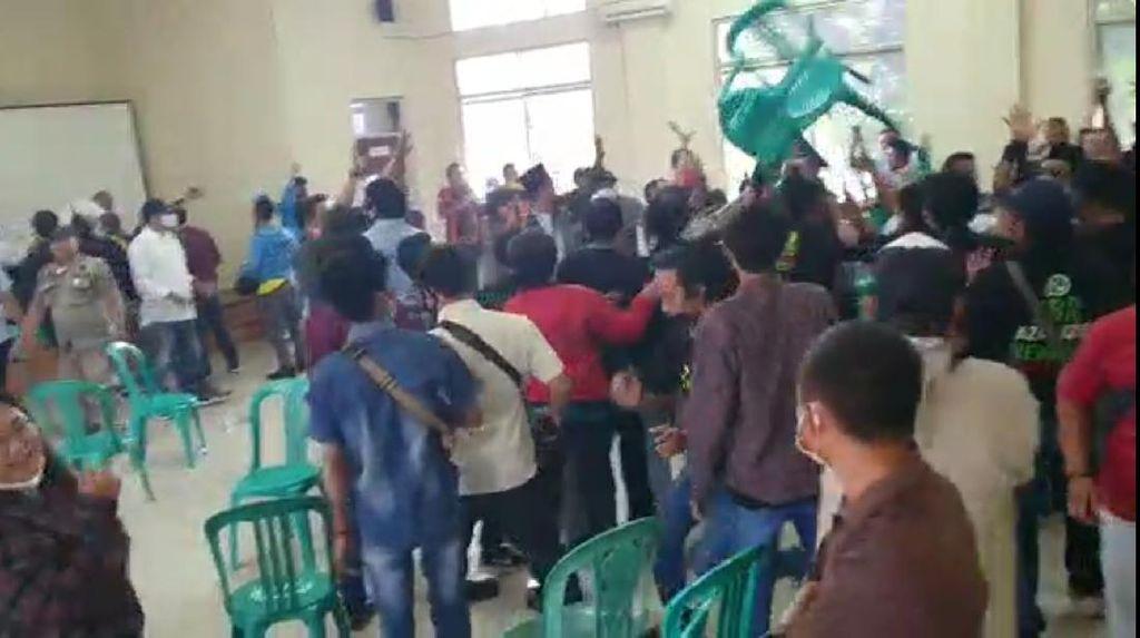 Video Muscam Organisasi Pemuda di Bekasi Ricuh, Kursi Beterbangan