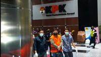 Diborgol, 2 Tersangka Suap Kasus Bansos Corona Dibawa ke Rutan KPK