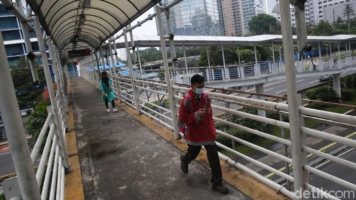 JPO di depan Hotel Le Meridien, Jalan Sudirman, Jakarta, bakal direvitalisasi. Nantinya JPO itu akan dilengkapi dengan jalur sepeda.