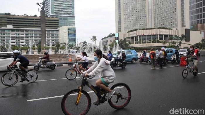 Kawasan Bundaran HI ramai dikunjungi warga untuk berolahraga di hari terakhir penerapan PSBB Transisi DKI Jakarta . Tak sedikit diantaranya adalah pesepeda.