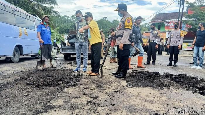 Bupati Banjarnegara mengarahkan perbaikan jalan jalur Banjarnegara-Dieng