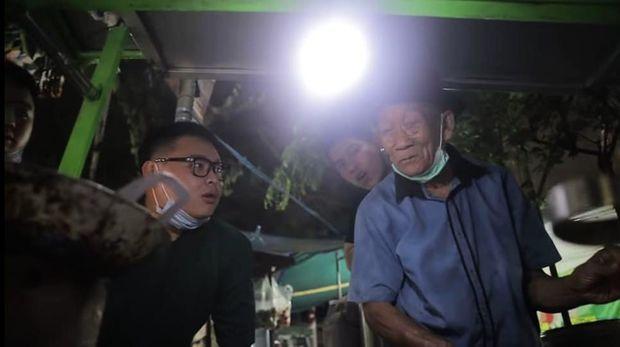 Crazy Rich Surabaya Borong Tahu Telor Kakek 80 Tahun