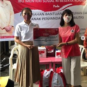Foto: Gaya Blusukan Grace Batubara, Istri Mensos yang Suaminya Ditahan KPK