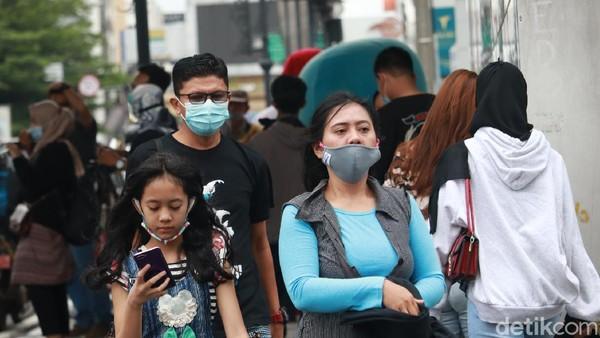Level kewaspadaan COVID-19 di Bandung makin meningkat. Meski sudah ada imbauan dari Wali Kota Bandung Oded M Danial agar warga tidak berwisata ke Bandung , namun Kawasan Jalan Asia Afrika, tetap ramai dikunjungi wisatawan. (Wisma Putra/detikTravel)