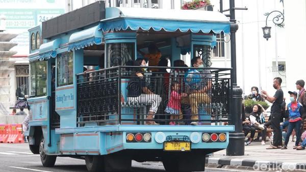 Bus wisata Bandung Tour On Bus (Bandros) juga masih tetap beroperasi dan mengangkut wisatawan seperti biasa, seakan tidak ada wabah pandemi Corona. (Wisma Putra/detikTravel)