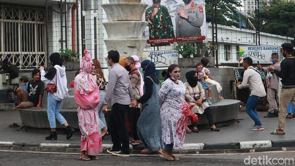 Tak hanya berswafoto di spot-spot foto yang ada di jalan tersebut, ada juga wisatawan yang berswafoto dengan orang yang mengenakan cosplay hantu. (Wisma Putra/detikTravel)