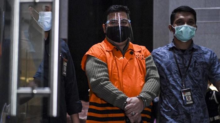 Tersangka dari pihak swasta Ardian IM (tengah) berjalan menuju mobil tahanan usai diperiksa di gedung KPK, Jakarta, Minggu (6/12/2020). Ardian ditahan penyidik KPK usai terjaring operasi tangkap tangan perkara dugaan suap pengadaan bantuan sosial dalam penanganan COVID-19 di Kementerian Sosial. ANTARA FOTO/Hafidz Mubarak A/wsj.