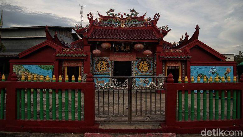 Kelenteng Cin Buk Kiong disebut sebagai kelenteng tertua di Pulau Rupat. Kelenteng itu diketahui sudah berdiri 123 tahun yang lalu. Seperti apa potretnya?