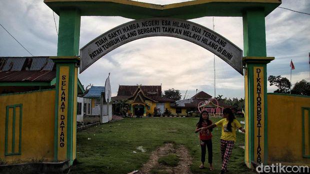 Orang akit atau orang akik merupakan kelompok masyarakat yang tinggal di kawasan Rupat, Riau. Seperti apa kehidupan mereka di salah satu pulau terluar RI itu?