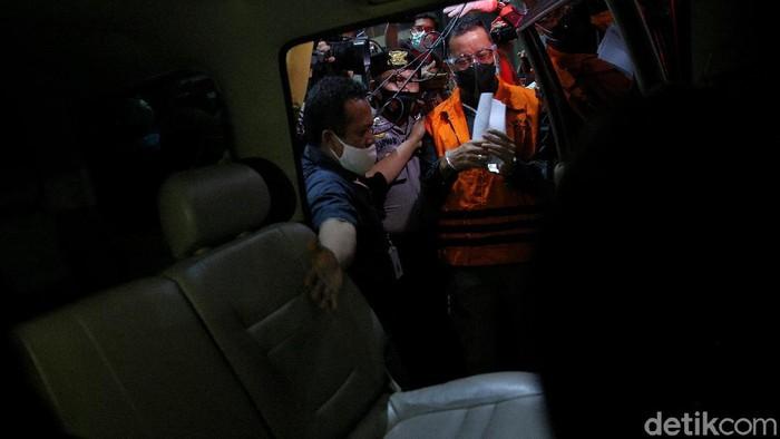 Usai ditetapkan sebagai tersangka kasus suap bansos Corona Mensos Juliari Batubara tinggalkan gedung KPK. Ia akan ditahan di Rutan KPK Cabang Pomdam Jaya Guntur