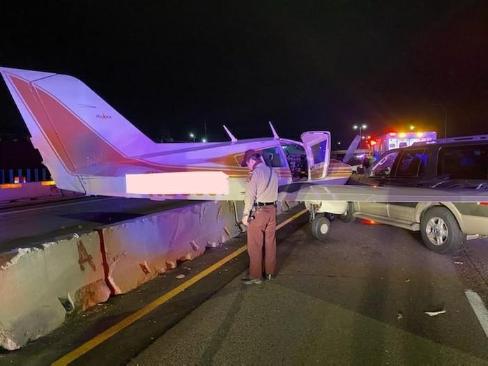 Pesawat Mendarat Darurat di Tol Sampai Menabrak Mobil