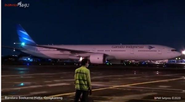 Pesawat yang mengangkut vaksin itu adalah pesawat Boeing 777-300 ER milik Garuda Indonesia.