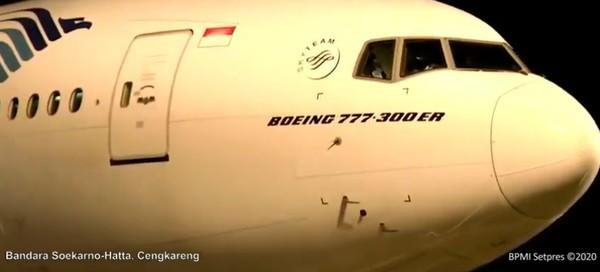 Pesawat Boeing 777 adalah pesawat berbadan lebar dan bisa mengangkut penumpang sebanyak 314-451 orang.