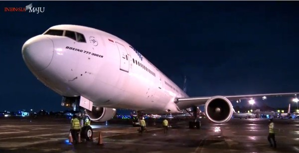 Boeing 777-300 ER adalah pesawat yang mampu terbang dengan jarak tempuh 13.520 km
