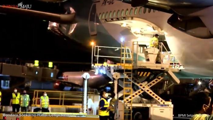 Pesawat Garuda Indonesia yang membawa vaksin COVID-19 tiba di Bandara Soekarno-Hatta. Pesawat itu mendarat sekitar pukul 21.30 WIB.