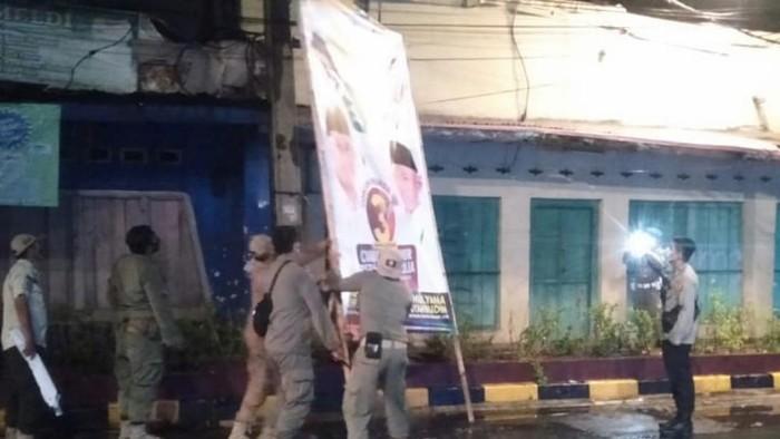 Petugas mulai menertibkan APK di Cianjur karena memasuki masa tenang