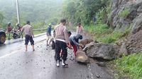 Polisi Bantu Bersihkan Material Longsor di Dompu NTB