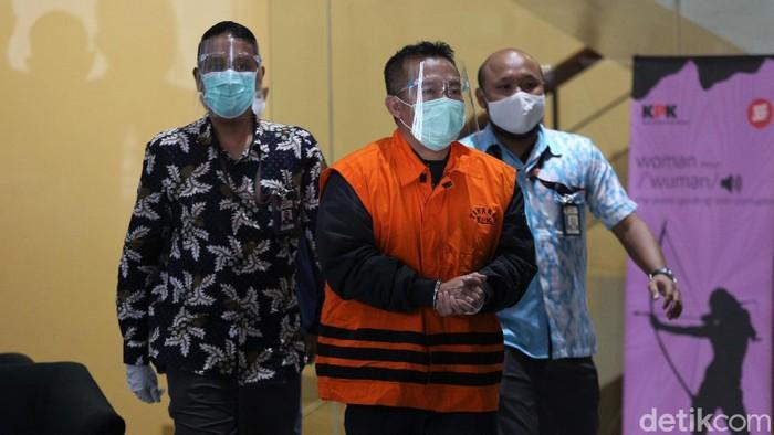 Selain Mensos Juliari Batubara, KPK turut tetapkan Pejabat Pembuat Komitmen Kemensos Adi Wahyono sebagai tersangka. Keduanya ditahan usai serahkan diri ke KPK.