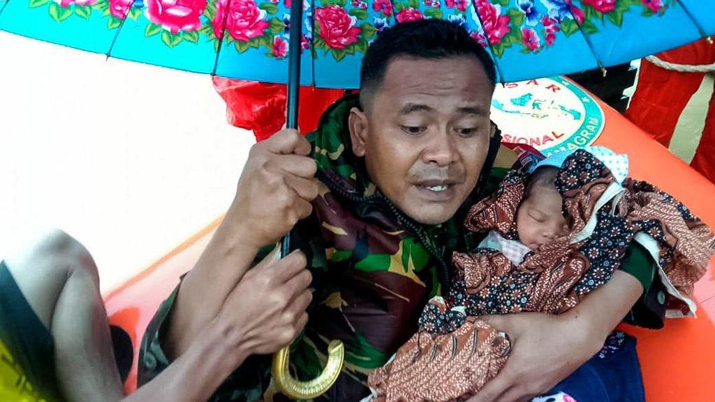 Aksi Babinsa Evakuasi Bayi Usia 4 Hari Saat Banjir di Aceh Timur