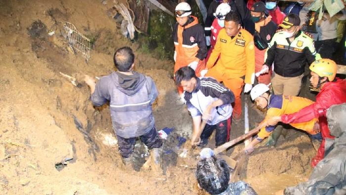 Proses evakuasi korban longsor di Tawangmangu