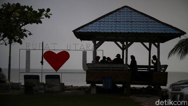 Sebagai salah satu pulau terluar Indonesia, bank yang berada di Pulau Rupat masih minim. Hanya ada beberapa di sana, salah satunya adalah Bank BRI.