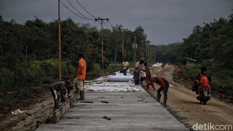 Warga di kawasan Desa Caruk, Rupat Utara, gotong royong memperbaiki jalan yang rusak. Perbaikan itu telah dilakukan sejak  satu bulan yang lalu.
