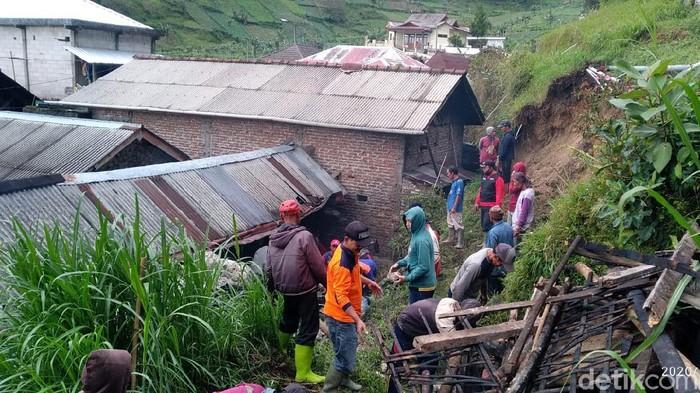 Tebing 10 Meter Longsor Timpa Dua Rumah Warga Magetan