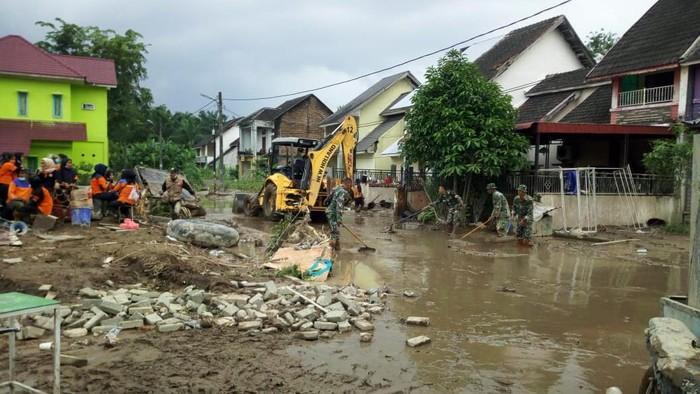 Tim gabungan bersihkan lumpur pasca banjir Medan (Foto: Datuk Haris/detikcom)