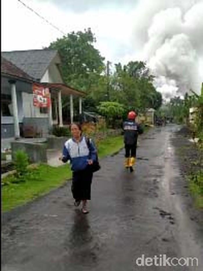 warga berlarian ada asap tebal semeru, petugas evakuasi