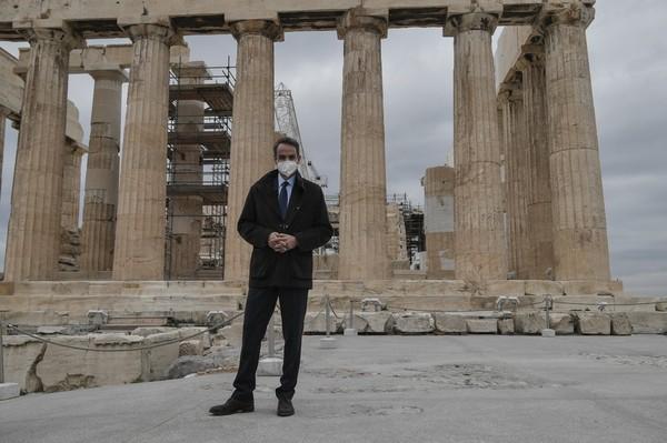 Perdana Menteri Yunani Kyriakos Mitsotakis meresmikan fasilitas baru yang dirancang agar pengguna kursi roda dan penyandang disabilitas lainnya dapat berjalan-jalan di Acropolis.