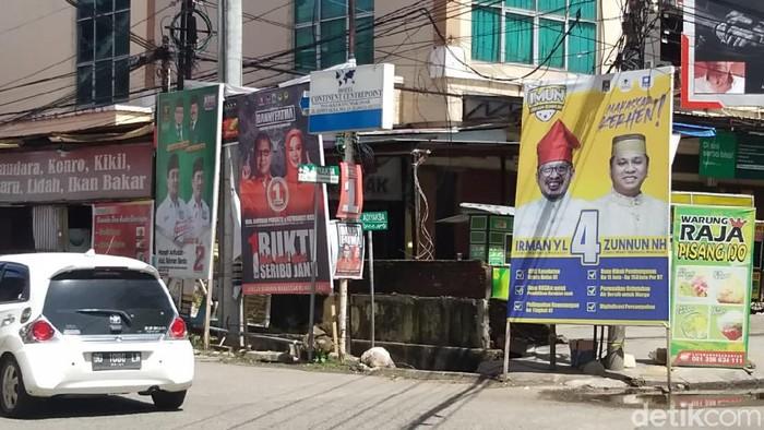 APK berupa baliho Paslon Pilwalkot Makassar masih bertebaran di masa tenang.
