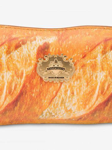 Baguette Bag dari Moschino.