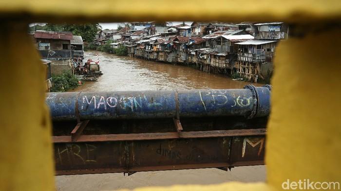 Sungai Ciliwung meluap akibat hujan deras yang mengguyur Jakarta, Senin (7/12/2020). Akibatnya, 34 RT di bantaran sungai terendam banjir.