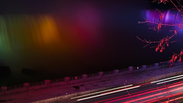 Sorot lampu tersebut merupakan rangkaian acara dalam festival cahaya musim dingin.