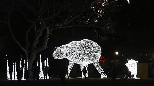 Beberapa dekorasi lampu terlihat menyerupai bentuk hewan.