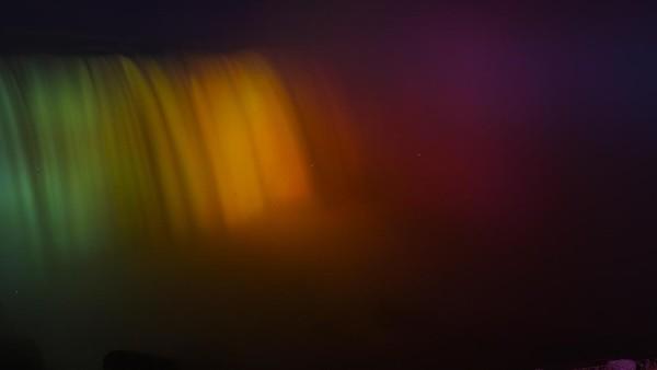Begini penampakan air terjun Niagara, Kanada, yang bermandikan cahaya lampu warna-warni.