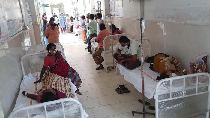 Otoritas di India sedang menyelidiki penyebab penyakit tak dikenal yang menyebabkan lebih dari 200 orang dirawat di rumah sakit selama akhir pekan.