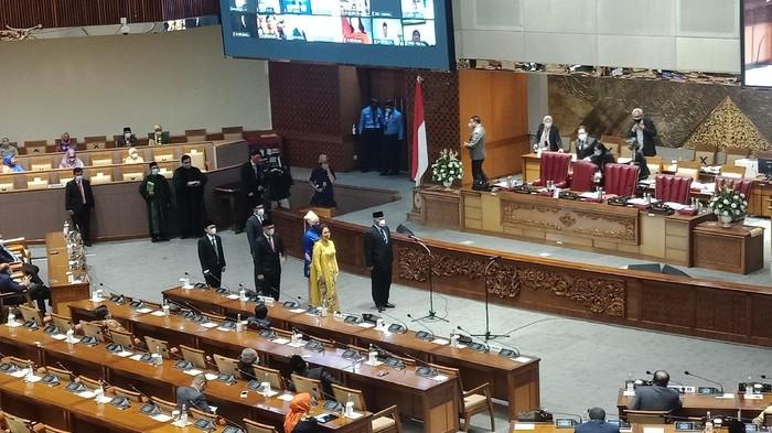 DPR Lantik 6 Anggota PAW
