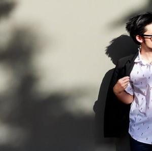 5 Ide Outfit Kemeja Pria yang Bikin Kamu Makin Stylish