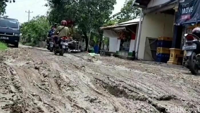 Kondisi jalan rusak di Kecipir, Losari, Brebes