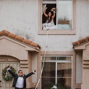 Viral Pengantin Wanita Positif Corona, Ucap Janji Pernikahan Lewat Jendela