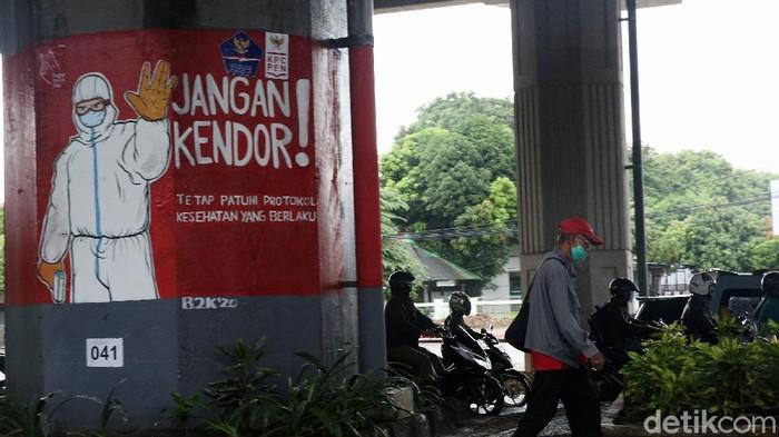Mural bertema pencegahan COVID-19 menghiasi dinding tiang tol di kawasan Kebon Nanas, Jakarta Timur, Senin (7/12/2020). Selain untuk memperindah pemandangan, mural tersebut juga guna mengimbau masyarakat agar menjaga kesehatan serta melaksanakan protokol kesehatan sebagai upaya pencegahan penularan COVID-19.