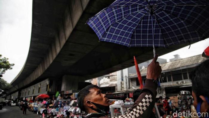 Musim hujan telah tiba. Jas hujan hingga payung yang dijual di kawasan Pasar Asemka, Jakarta Barat, mulai diserbu warga.