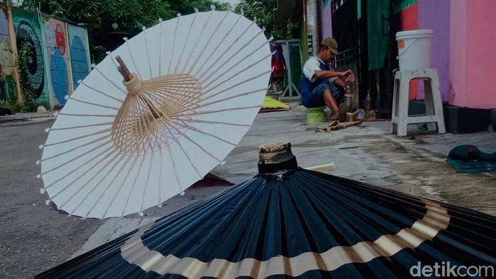 Para perajin payung perlengkapan pemakaman di Klaten mengeluh sepi gegara pandemi COVID-19 yang berkepanjangan.