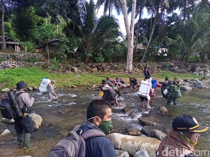 Petugas KPU dikawan TNI-Polri mengantar logistik pemilu ke desa-desa di Kabupaten Hulu Sungai Tengah, Kalsel. Mereka harus berjalan kaki hingga dua hari (dok Istimewa)
