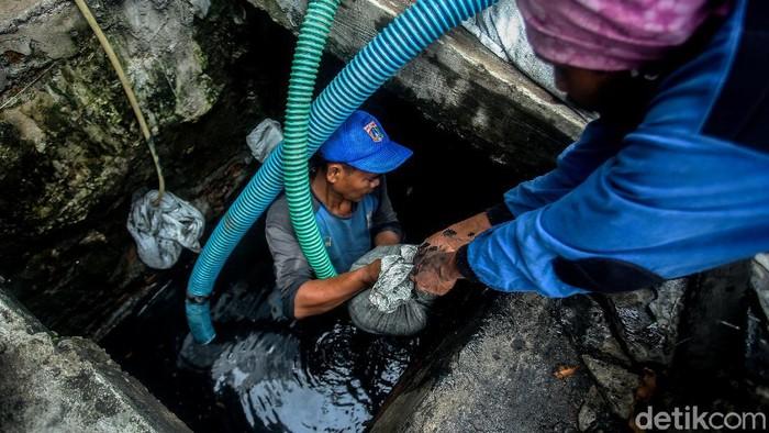 Sejumlah petugas Suku Dinas Sumber Daya Air Jakarta Pusat, bergotong royong menguras sejumlah selokan di kawasan Gambir.