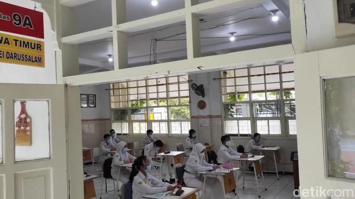 Dinas Pendidikan Surabaya kembali menggelar simulasi sekolah tatap muka untuk SMP. Kali ini digelar dengan menghadirkan siswa-siswi.