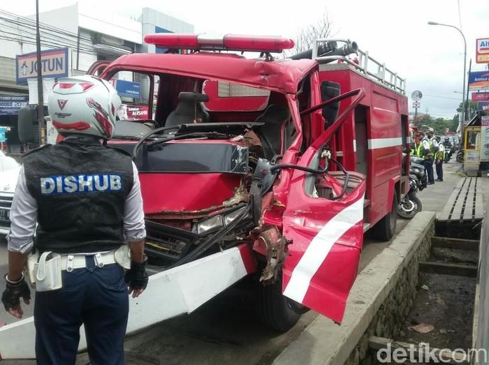 Truk damkar Bandung Barat mengalami tabrakan usai menghindari motor