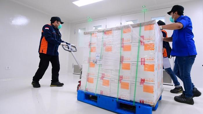 Vaksin Corona dari Sinovac disimpan di Bio Farma usai tiba di Indonesia pada Minggu (6/12) malam. Sampel vaksin kemudian akan dites BPOM.